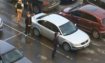 FOTO: Noored käisid keset kaubanduskeskuse parklat urineerimas