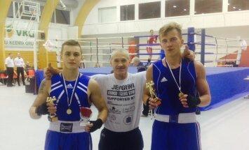Andi Uustalu (vasakul) ja Karl Puudersall (paremal) koos treeneriga