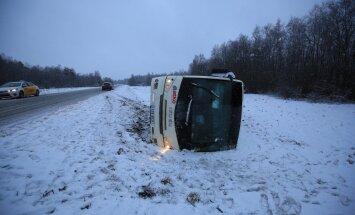 ФОТО: В Харьюмаа автобус съехал с дороги и упал на бок
