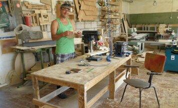 Tisler Enno Tšetšin teeb meelsasti põnevat puidutööd, kuid ei põlga ära ka lihtsamaid, näiteks nagu lõikelaudade tegemist. Samas on ta suvel töötoas harvemini, ehk vaid siis, kui tellimuste täitmisega tuli takus.