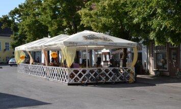 Kohvikupidaja kahtlustab: linnavalitsuse paigaldatud linnupeleti peletab ära ka kliendid