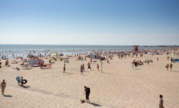 Полицейский рейд на пляже в Литве: обнаженные женщины и спящий в обнимку с бутылкой мужчина