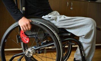 Raske liikumispuudega poiss sõidab Lastefondi toel Saksamaale operatsioonile