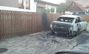 ВИДЕО: Неизвестный поджег в Пирита-Козе машину — за его поимку назначена награда