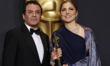 Endine NASA teadlane Firouz Naderi (vasakul) ja insener/astronaut Anousheh Ansari poseerivad parima võõrkeelse filmi Oscariga.