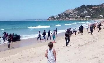 ВИДЕО: Полсотни мигрантов взяли штурмом испанский пляж с туристами