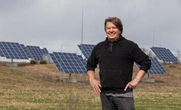 Viido Polikarpus tunneb rõõmu oma kodutalu mäenõlval Keema külas tööd alustanud päikesepargist