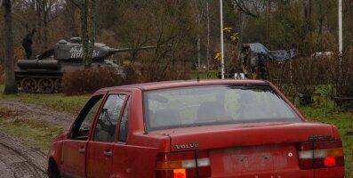 Tankiga lapikuks sõidetud Volvo