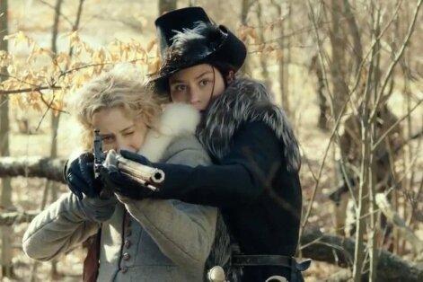 Kuninganna Kristiina (Malin Buska, paremal) õpetab oma kaunile kammerneitsile (Sarah Gadon) laskmist. Paraku jääb Mika Kaurismäki filmi keelatud armastuslugu nõrgaks.