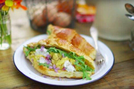 KIIRE HOMMIKUSÖÖGI SOOVITUS: Võise <em>croissant</em>'i vahel serveeritud munapuder kitsejuustu ja rukolaga