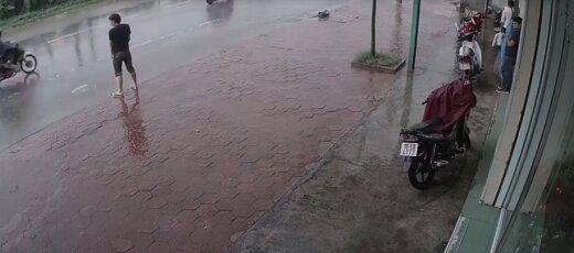 VIDEO | Karma! Avalikult põit tühjendanud meest tabas ebaõnn