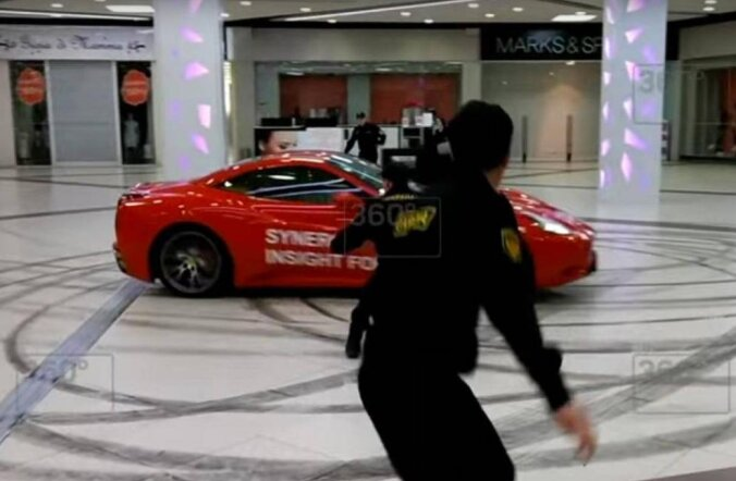 Ainult Venemaal: endine linnapea kihutab Ferrariga mööda kaubakeskust!