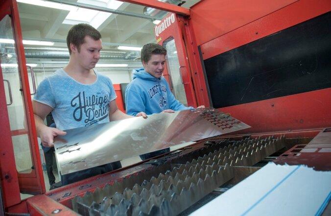 Tallinna tööstushariduskeskuse I kursuse õppurid Rasmus ja Rando proovivad lehtmetalli laserlõikepinki.