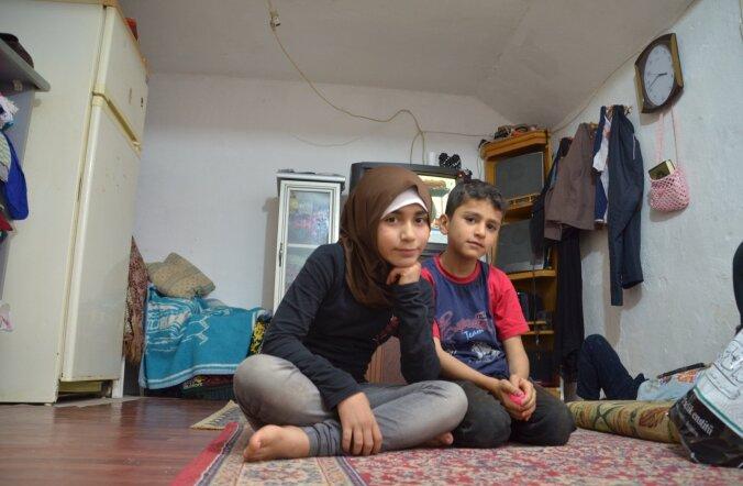 Suure perega kitsukesse korterisse pressitud Süüria perekond peab üheskoos vaeva nägema, et uberiku eest üüri maksta. Koolis käib kuuest lapsest ainult pildil olev tüdruk.