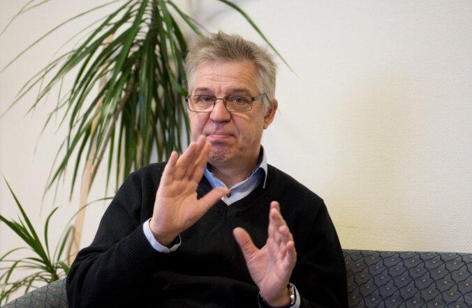 Eesti kurtide liidu esimees Tiit Papp ütleb viipekeeles, et nii nagu terved inimesed, saavad ka kurdid Eestis normaalset ja hästimakstud tööd ainult tutvuste kaudu.