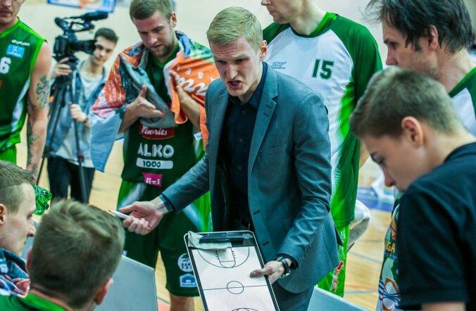 Valga-Valka nooruke peatreener Kristaps Zeids üritab hoolealustele mänguplaani selgitada.