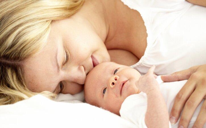 Tähtsad ohutusnõuded, mida pead silmas pidama, kui tahad beebi oma kaissu magama võtta