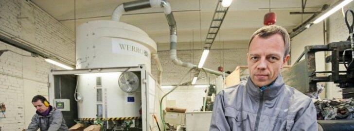Ivar Heinola näitab, missugune näeb välja ajalehtedest valmistatud Werro Wooli tselluvill.