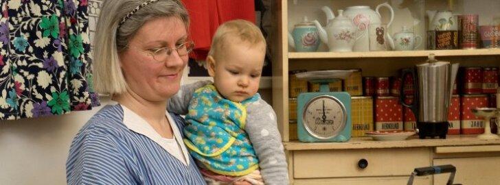 Kohvikupreili Merle Veesalu saab korraga hakkama nii kahe vahvlimasina kui väikese lapsega. Tütar Mari kannab ema põlle, mis on 40 aastat vana.