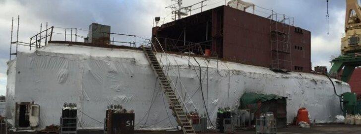 Selline nägi parvlaev Soela välja Riias hetkel, kui tema sisemuses toimus kiilupaneku tseremoonia. Laev on väljast kiletatud põhjusel, et see tagab võimalused kere värvimistöödeks.