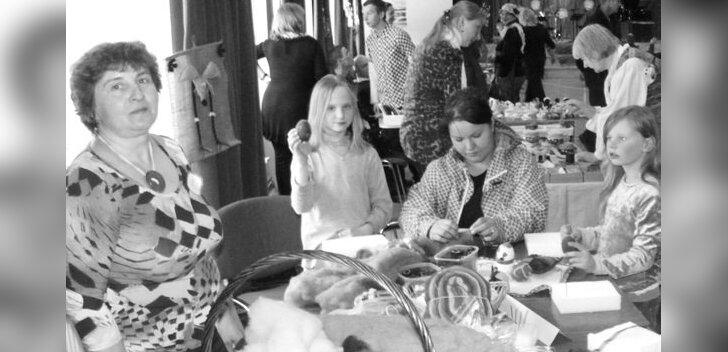Krista Laht õpetas villaloorist ehk villavatist kauneid esemeid valmistama (Foto: Leelo Jürimaaa)