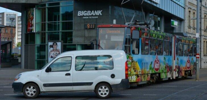 FOTOD: Gonsiori tänava sulgemine tekitab Stockmanni juures liiklusohtlikke olukordi