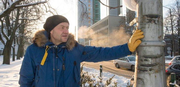 """1991. aasta suvel jälgis Ivar Heinmaa kaameraga tankide tulekut Tallinnas Gonsiori ja Pronksi tänava nurgal. """"Üks proua vaatab tanke ja nutab. Pisarad jooksevad, nõjatub vastu posti. See hetk läks enim hinge!"""" meenutab ta. See post on Tallinnas ikka alles"""