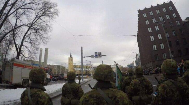 Hetk paraadilt. Vasakul päästeauto, milles Menkov filmis.