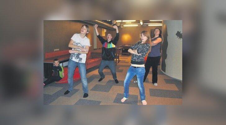 Noortekeskus soetas juurde paar Wii mängu. Pildil mängitakse kõige populaarsemat mängu Just Dance, mille mängimise peale peetakse lausa lahinguid. Foto: Põlva ANK
