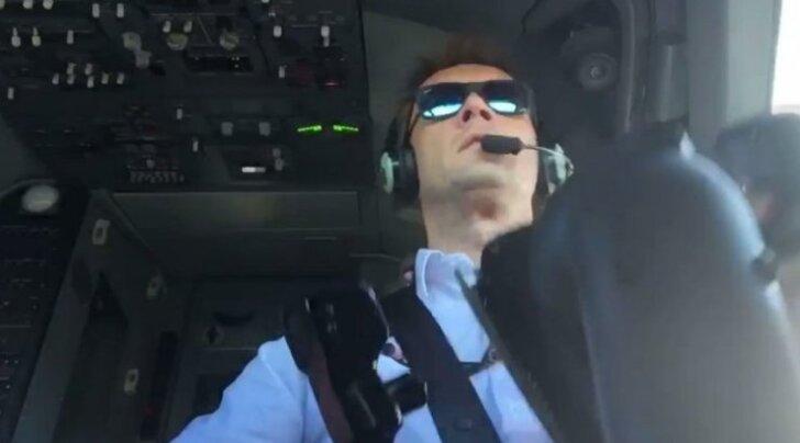 Пилот Ryanair заснял происходящее в кабине во время сложной посадки