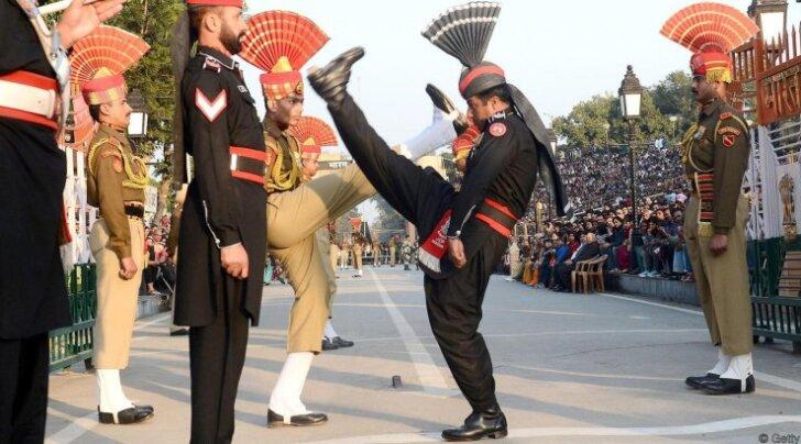 Причудливый ритуал на границе Индии и Пакистана