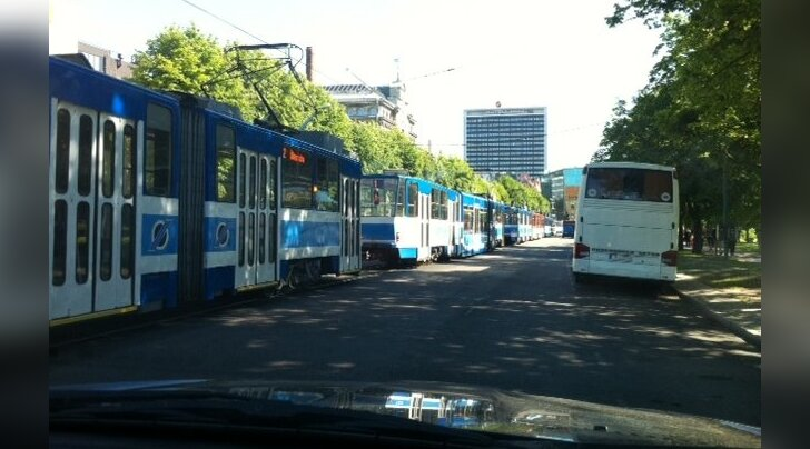 FOTOD: Avarii pizzataksoga seiskas Tallinnas Mere puiesteel trammiliikluse