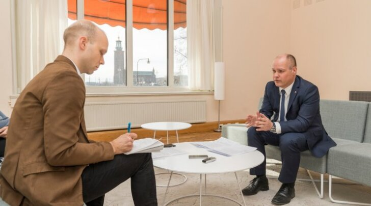Minister Morgan Johansson (paremal) ütles ajakirjanikule, et kõik läheb hästi, kui suudetakse toime tulla põhiliste katsumustega, nagu töökohad, haridus ja keel.