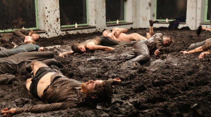 NO99 uuslavastus pakub vaimset ja füüsilist mudamaadlust. Foto etenduselt
