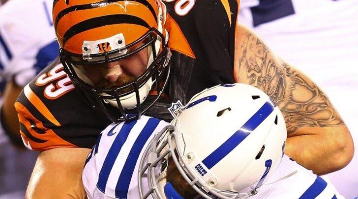 Meenutus 2014. aastast. Margus Hunt (mustas) murrab uue tööandja, Indianapolis Coltsi mängujuhti. Nüüd on ta ülesanne endise klubi, Cincinnati Bengalsi elu raskeks teha.