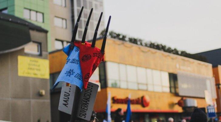EKRE meeleavaldusel Haapsalus olid IRLi ja SDE lipud hangu otsa aetud. Opositsioonierakonnad, eeskätt EKRE, on leidnud koalitsioonierakondadest enam uusi liikmeid.