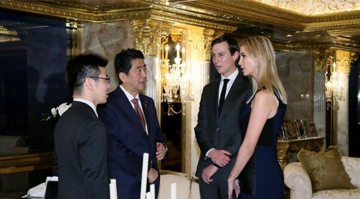Jaapani peaminister Shinzo Abe vestleb Donald Trumpi väimehe Jared Kushneri ja tütre Ivanka Trumpiga. Väimehest peaks saama Trumpi nõunik, tütrest tema ettevõtte apoliitiline juht.