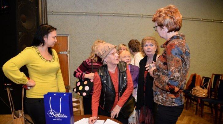 Yana Toom (paremal) käis Narvas selgitamas, et erakonna etteotsa tuleb valida Edgar Savisaar.
