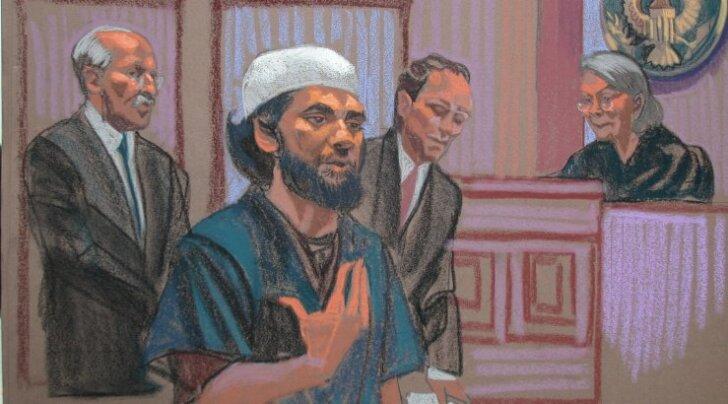 Kohtusaalis tehtud joonistuse esiplaanil on Faisal Shahzad, kes paigaldas 2010. aastal autopommi New Yorgi südamesse. Sajad ohvrid jäid olemata ainult tänu sellele, et pomm ei plahvatanud. Terrorist tabati enne Dubaisse lendamist samasuguse analüüsisüstee