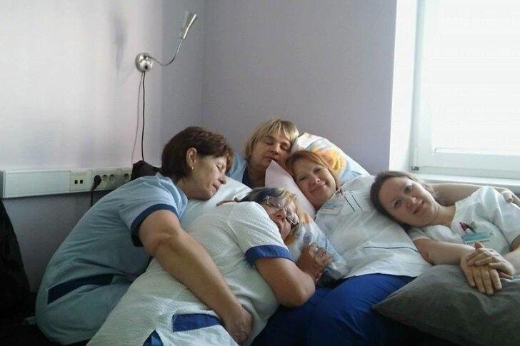 """Eesti tervishoiutöötajad postitasid eile Facebooki kümneid fotosid tööl """"magamisest"""". Iroonilise aktsiooni eesmärk oli rõhutada asjaolu, et nende töö on tegelikult liigagi koormav ja pingeline."""