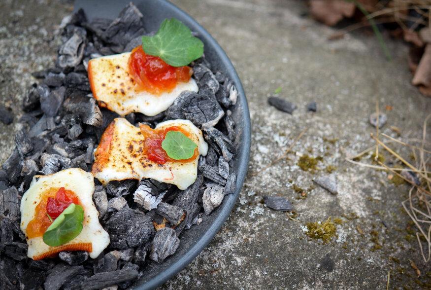SUVE VIIMANE GRILL: Juustupalad tomatitšatniga, granaatõunane lõhe ja sealiha kreemja mee ja sinepi kastmega