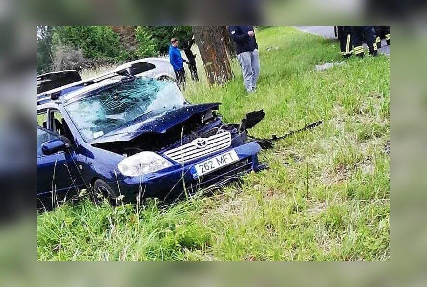 FOTOD ja VIDEO | Põlvamaal sai liiklusõnnetuses viga viis inimest, esialgse info järgi põhjustas avarii nutiseadet vaadanud juht