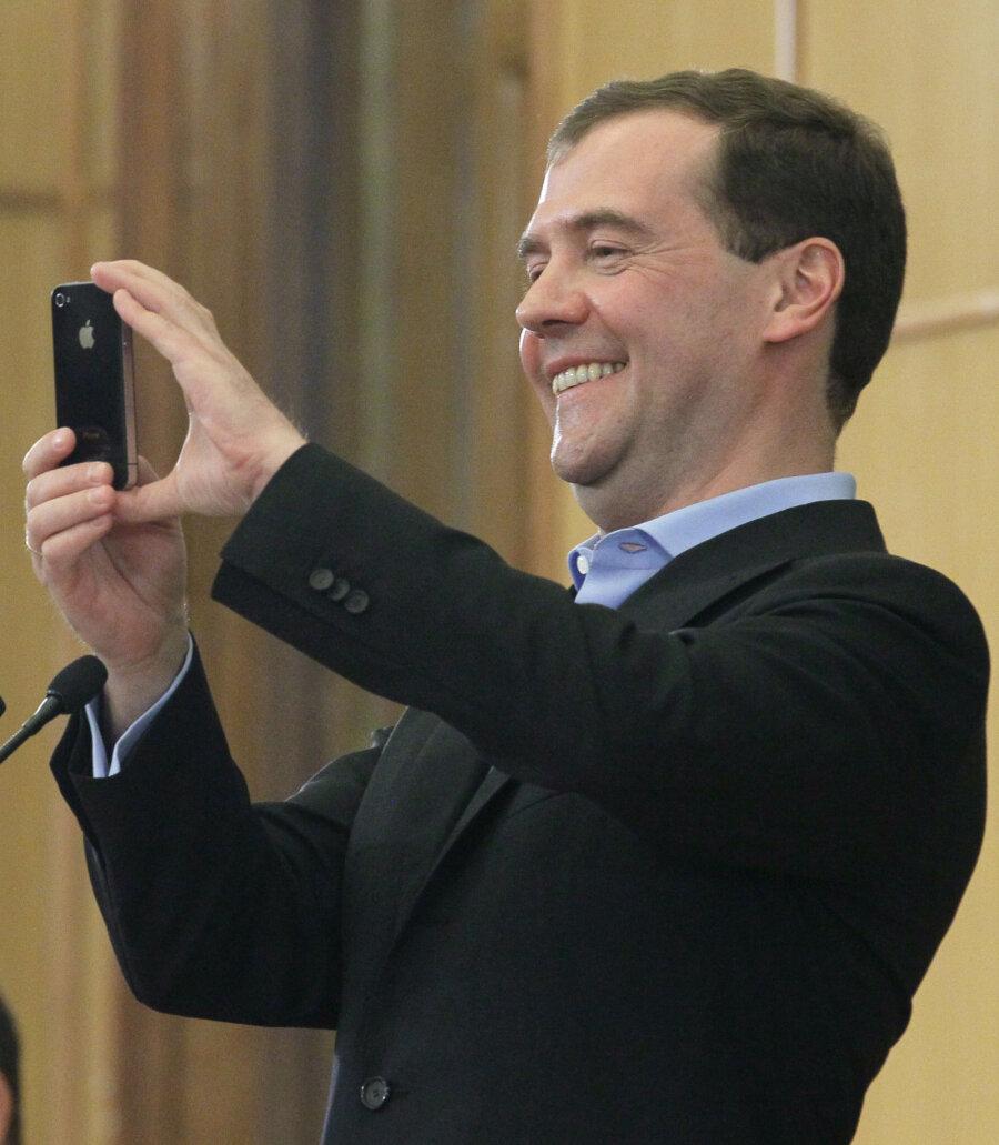 Медведев назвал собранный нанего Навальным компромат «чушью икакими-то бумажками»