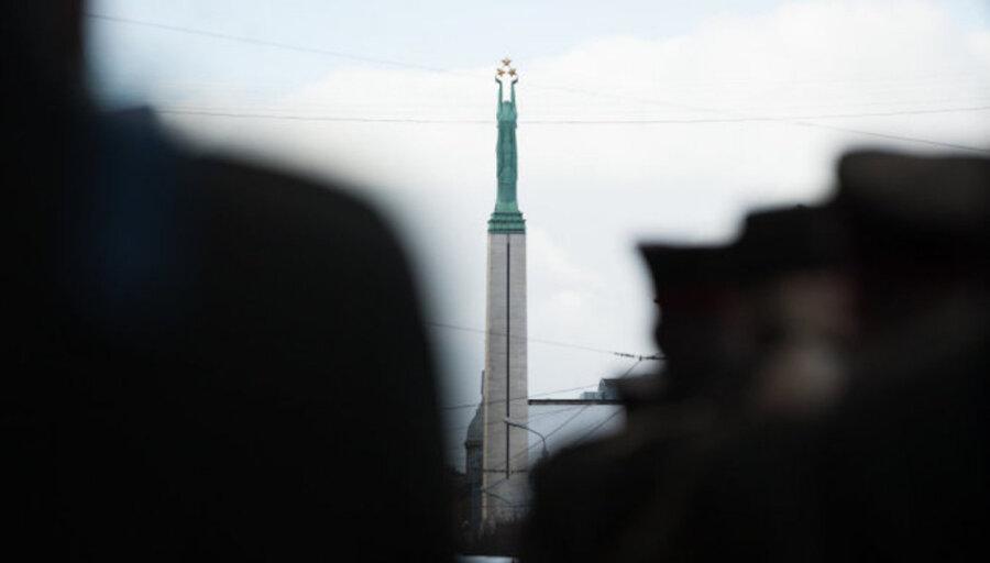 В Риге за справление малой нужды у Памятника свободы оштрафовали двух военных США