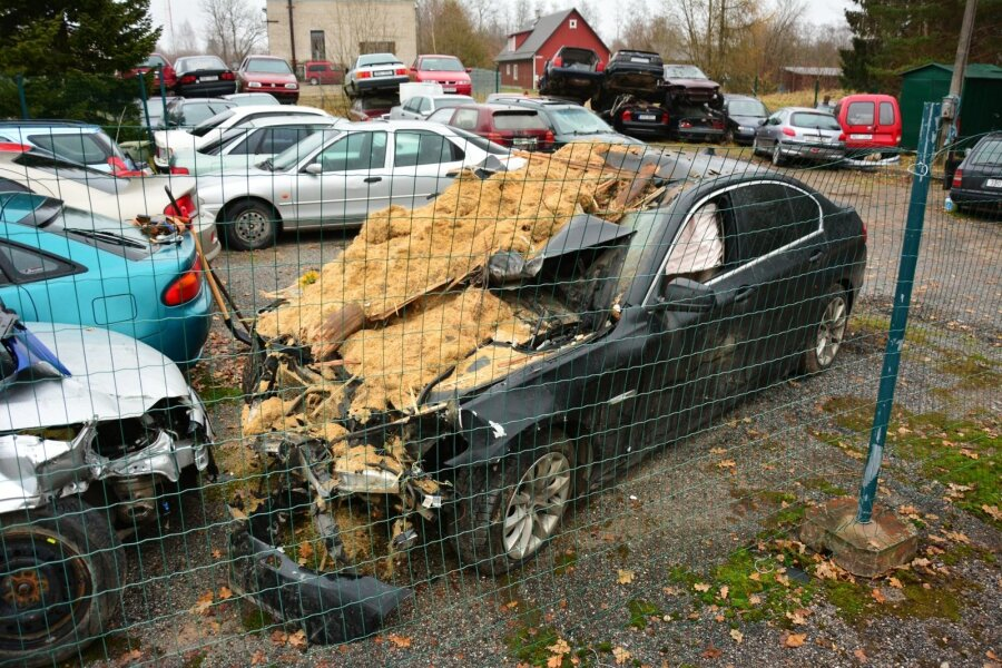 Õhulennu teinud BMW seisab avariiliste autode parklas