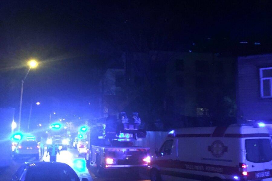 FOTOD ja VIDEO | Kadriorus süttis puumaja, hukkus kaks inimest, haiglasse viidi veel neli