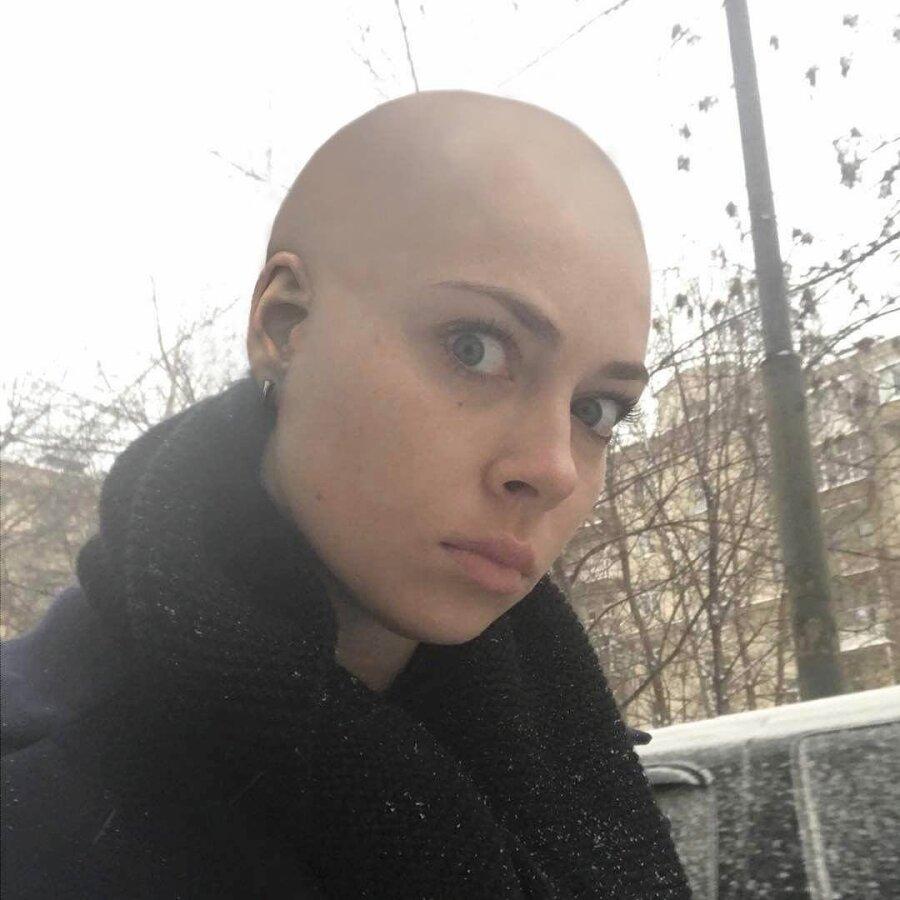 Настасья Самбурская на спор побрилась налысо фото