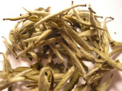 Чашку...  Белые чаи очень требовательны к условиям хранения, так как моментально впитывают окружающие запахи.