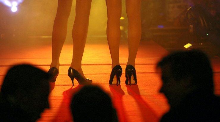 naista nussitaan tallinna striptease