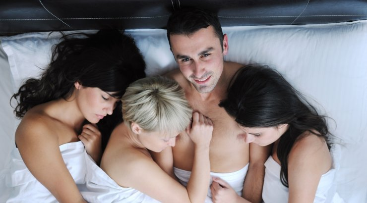 porno-onlayn-3-devushki-i-odin-paren